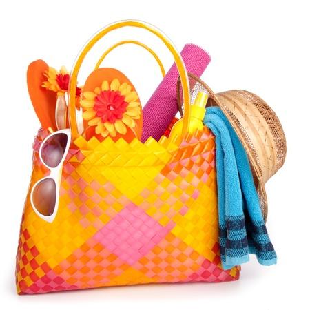 chapeau de paille: sac de plage avec volte-face de lunettes de soleil de serviette et hat.isolated sur fond blanc