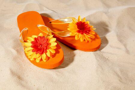 slippers op een zonnig strand