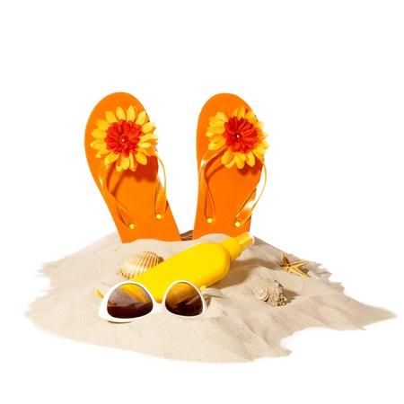 sandalias: elementos de la playa en una pila soleado de arena