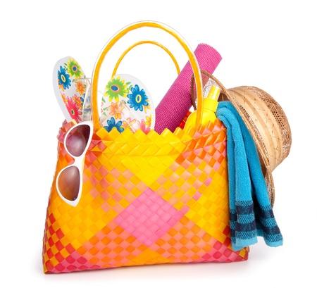 strandtas met handdoek zonnebril flip-flops en hat.isolated op wit Stockfoto