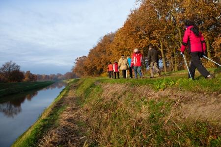 ancianos caminando: grupo de excursionistas altos haciendo deportes al aire libre