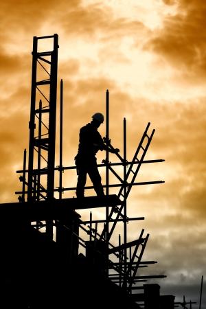 silhouet van bouwvakker op steiger Stockfoto - 17247237