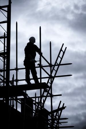 andamio: silueta del trabajador de la construcción en andamios, Azul tonificado