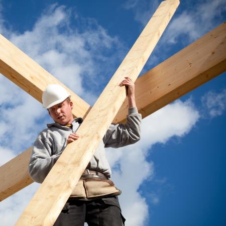 timmerman aan het werk met houten dakconstructie Stockfoto - 17827454