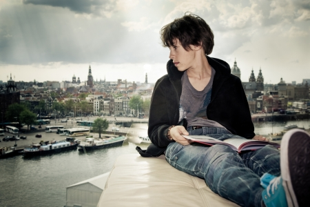 tiener lezen van een boek in een bibliotheek in voor een raam Loewenburg de stad uiten bouwen van zijn toekomst