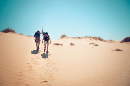 en mont�e: Couple de randonn�e des dunes de sable en mont�e