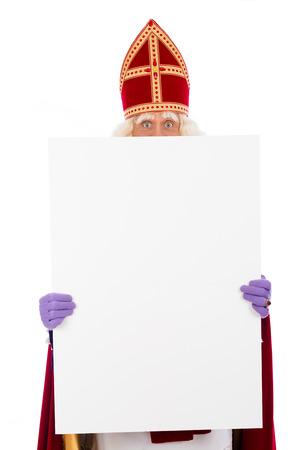 Sinterklaas retenant la carte vierge. isolé sur fond blanc. Caractère néerlandais du Père Noël