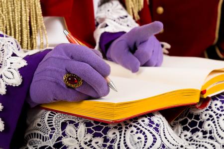 Detail Sinterklaas met lege boek. geïsoleerd op een witte achtergrond. Nederlandse karakter van de Kerstman