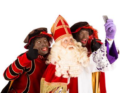 Sinterklaas en Zwarte Piet maken selfie geïsoleerd op witte achtergrond Nederlandse karakter van de kerstman