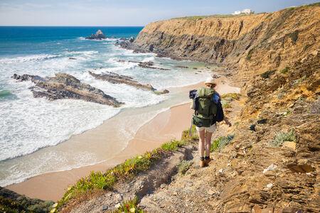 wandelaar op wandelpad kust portugal, rota vicentina. HDR-afbeelding Stockfoto