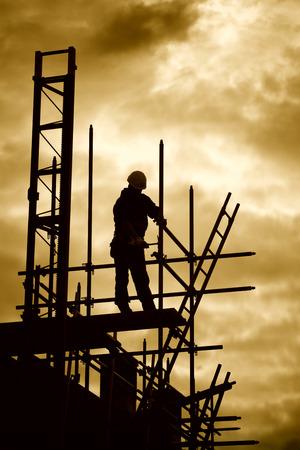 silhouet van bouwvakker op steiger photo
