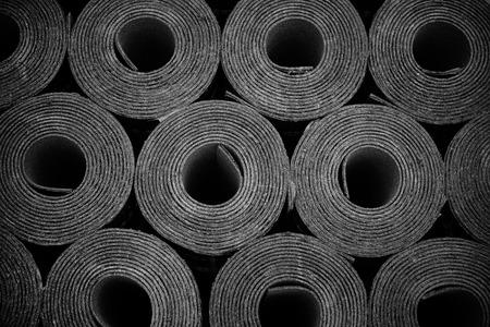 Close-up van de Rollen van nieuwe zwarte dakleer of bitumen. Lichte vignet Stockfoto - 33813106
