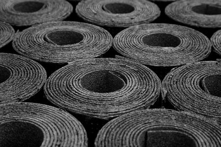 Gros plan de Rolls de la nouvelle toiture de feutre noir ou de bitume