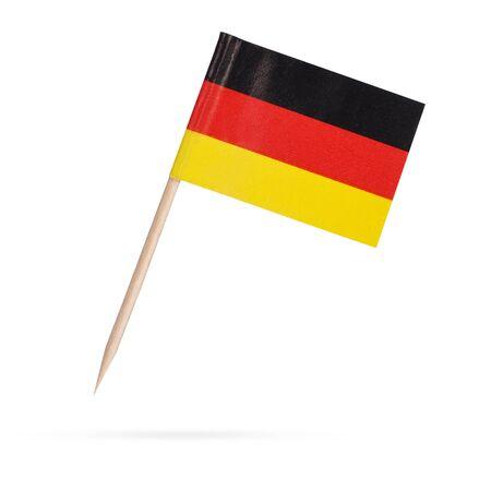 Miniatuur papier vlag Duitsland. Geïsoleerde Duitse vlag op een witte achtergrond. Met schaduw hieronder