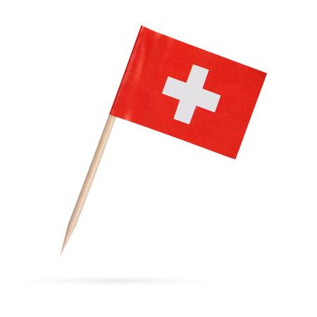 bandera blanca: Bandera de papel de Suiza miniatura. Bandera suiza aislada sobre fondo blanco. Con la sombra m�s abajo