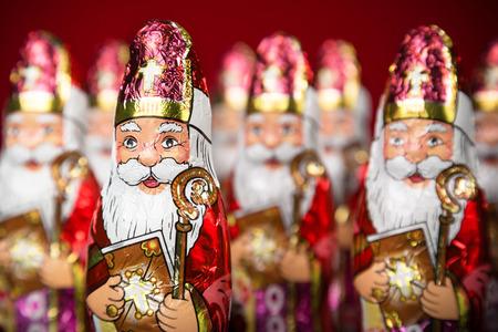 Close-up van Sinterklaas. Sinterklaas chocolade beeldje van het Nederlandse karakter van de Kerstman Stockfoto - 44675659