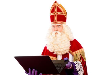 Sinterklaas met laptop. geïsoleerd op een witte achtergrond. Nederlandse karakter van de Kerstman Stockfoto