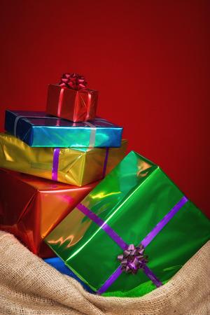 Zak van Sinterklaas met cadeaus .Burlap zak op rode achtergrond. Typisch Nederlandse karakter deel van een traditionele gebeurtenis vieren de verjaardag van St.Nicolaas (Santa Claus) in december.Vintage editing