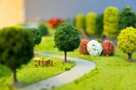 miniatuur landschap van een park met bomen een kleine weg en gras. Selectieve focus.