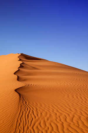 Duinen bij zonsondergang in de Sahara woestijn, Merzouga, Marokko
