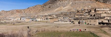 Klein dorp in het Hoge Atlasgebergte in Marokko. panorama uitzicht