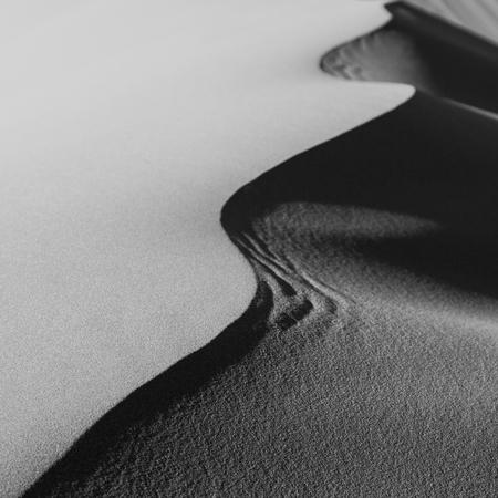 Monochrome Detail zandduinen in de Sahara woestijn, Merzouga, Marokko