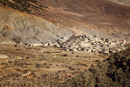 Landelijk afgelegen Marokkaans dorp bij zonsondergang in de Hoge Atlasbergen in Marokko.