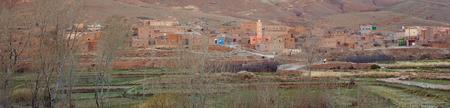 Klein dorp in het Hoge Atlasgebergte in Marokko. panoramamening met Vintage bewerking Stockfoto