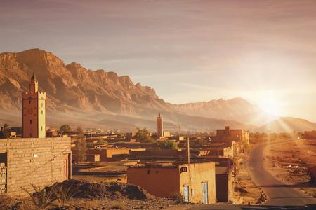Marokkaans dorp bij zonsopgang in het Hoog Atlasgebergte in Marokko.