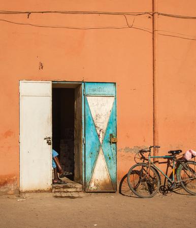 winkelier in Marokko, Afrika, wachtend op klanten Stockfoto