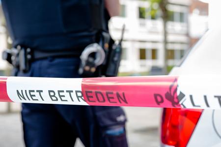 Amsterdam Nederland 16 juni. Politieagent achter Rode plastic band na een incident op school