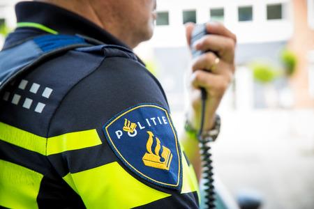 Amsterdam Nederland 16 juni. Politieambtenaar vraagt om hulp bij demonstratie
