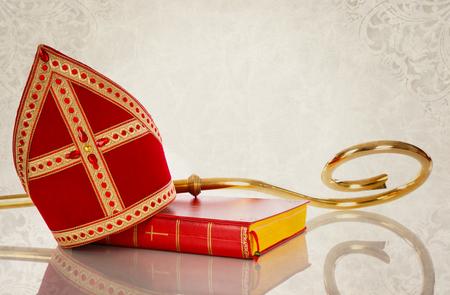 Mijter of mijter en personeel van Nederlandse traditie Sinterklaas op vintage achtergrondgeluid. Stockfoto