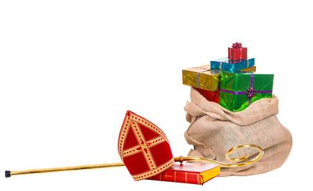 Mijter of mijterzak met geschenken en staf van Sinterklaas. Geïsoleerd op een witte achtergrond.
