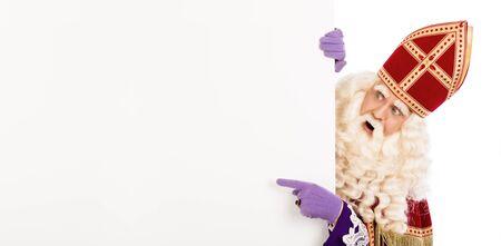 Sinterklaas of Sinterklaas wijzend naar blanco karton. geïsoleerd op een witte achtergrond. Nederlandse karakter van de kerstman