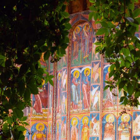 GURA HUMORULUI, ROMANIA - August 14 2019: The orthodox monastery Humor. UNESCO World Heritage Site. Suceava county, Romania. Foto de archivo - 150042352