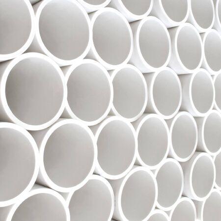 kunststoff rohr: Auf einem Pllet gestapelt interessante Perspektive der neuen wei�e PVC-Rohre