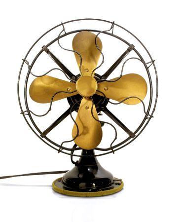 Schöne schwarze Antik Messing-Fan auf weißem Hintergrund