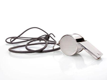 Eenvoudige tin whistle met een zwarte koord op een witte achtergrond
