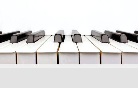 빈티지 화이트 피아노의 흑백 키