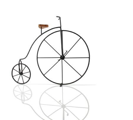 bicicleta retro: Hermoso bicicleta vintage sobre una superficie reflectante blanca