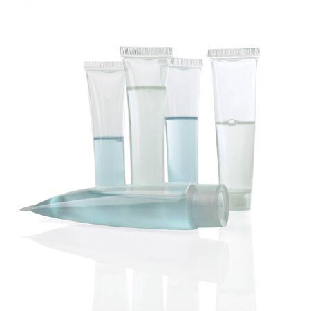 productos de belleza: Pantalla limpia de tubos que contienen productos de belleza en blanco                                Foto de archivo