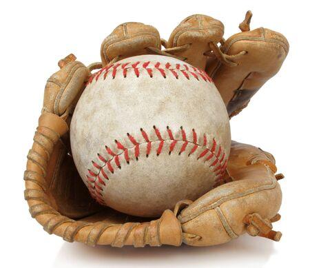 guante de beisbol: Aislado cerca a un Softbol desgastado y guante de b�isbol cosecha