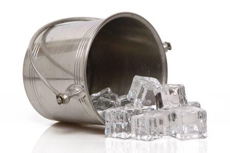Un balde de peltre de hielo aislado se volcó, derramando su contenido