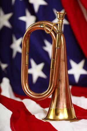 明るい真鍮と米国旗と銅のラッパ