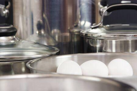 계란 3 개가 달린 스테인레스 냄비와 프라이팬 컬렉션 스톡 콘텐츠