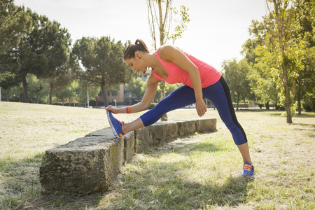 exercices: Woman doing stretching exercices in park