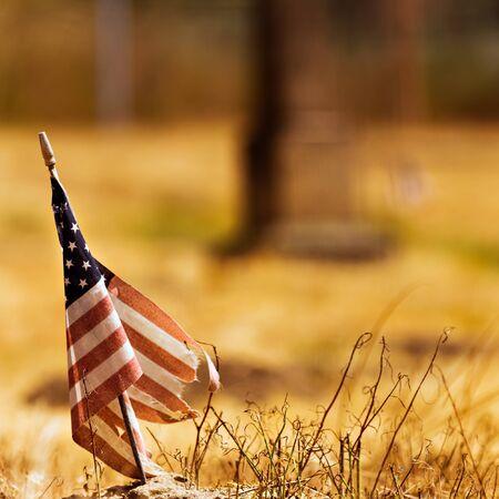 疲惫不堪的美国国旗反对一个干的领域背景