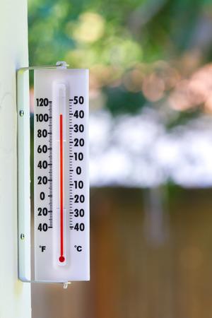 termometro: Temps durante una ola de calor del verano son cada vez m�s cerca de 110 grados fuera Foto de archivo