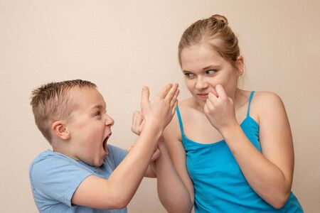 Brother and sister attack and yell at each other Stockfoto